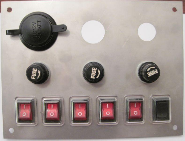 Vypínačový panel s pojistkami a otvorem pro spínaci skřínku a vytrhovací pojistku